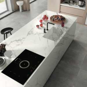 A modern kitchen with Mirage Jewels Tile Slabs - Cucina